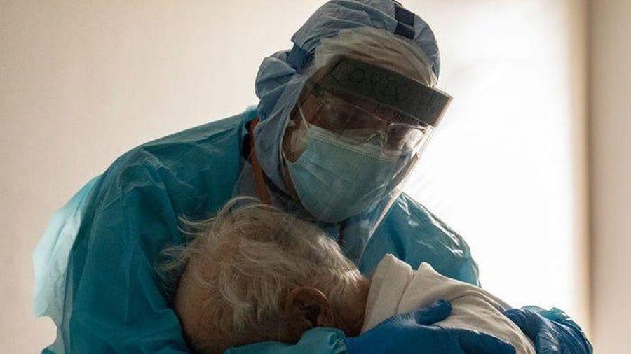 Bức ảnh từ phòng bệnh Covid-19 khiến cả thế giới cảm động
