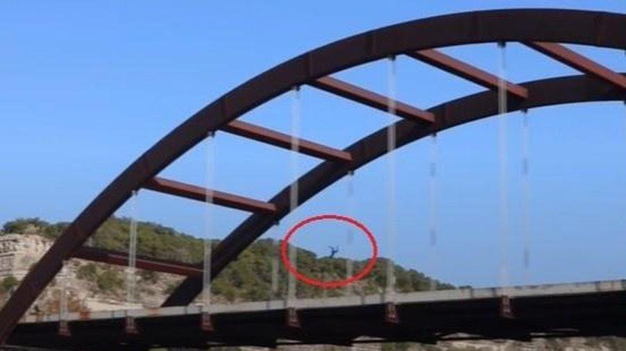 YouTuber nứt sọ vì nhảy từ cầu cao 30 m ở Mỹ