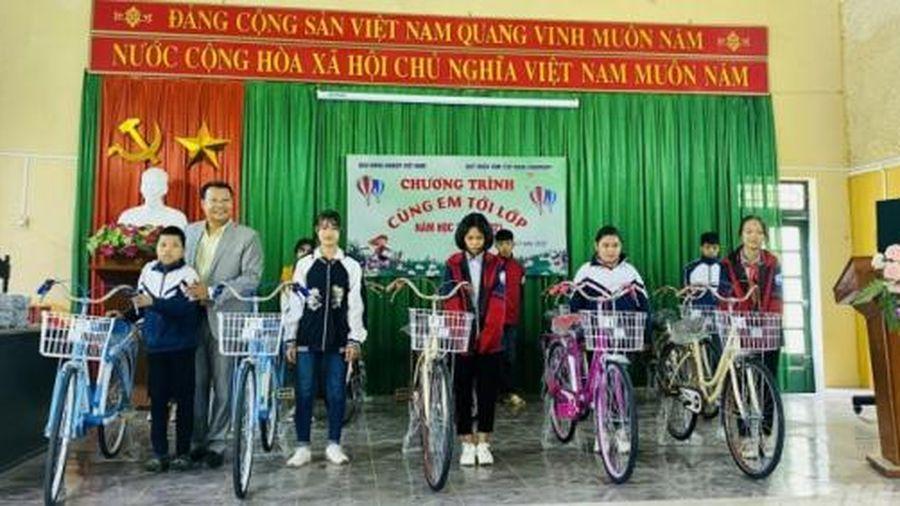 Báo Nông nghiệp Việt Nam trao tặng 100 xe đạp cho học sinh tại Bắc Giang