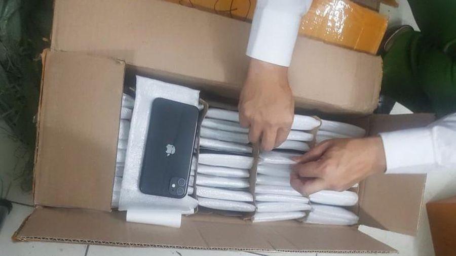Hà Nội: Bắt giữ lô điện thoại iPhone 8 tỷ chuyển qua đường hàng không