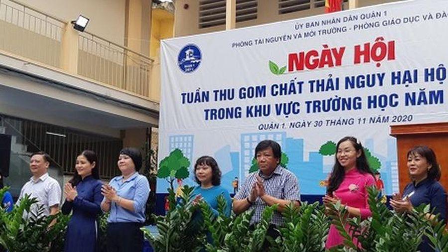 Học sinh TPHCM thu gom chất thải nguy hại hộ gia đình