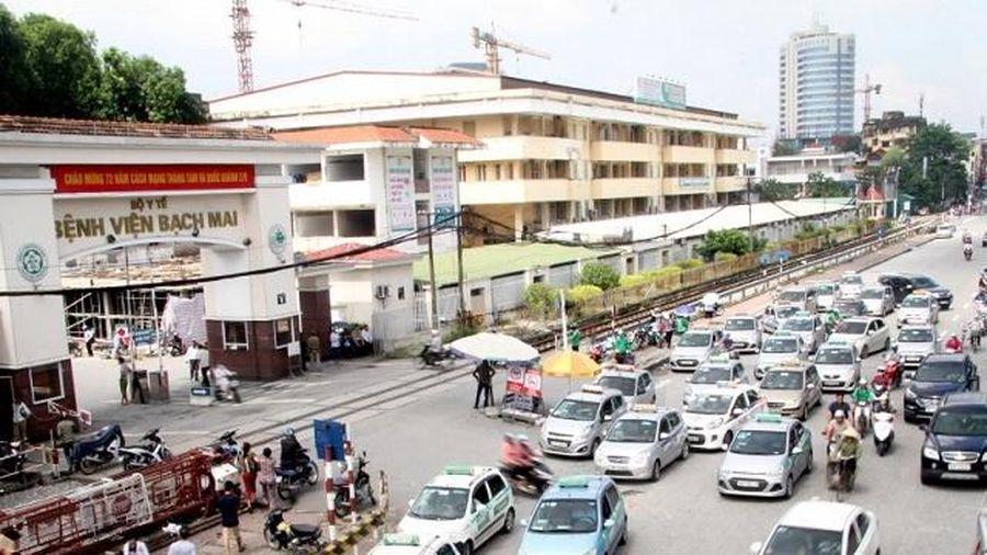 Hà Nội: Phạt nguội 1.200 tài xế dừng, đỗ xe trái phép trước cổng BV Bạch Mai