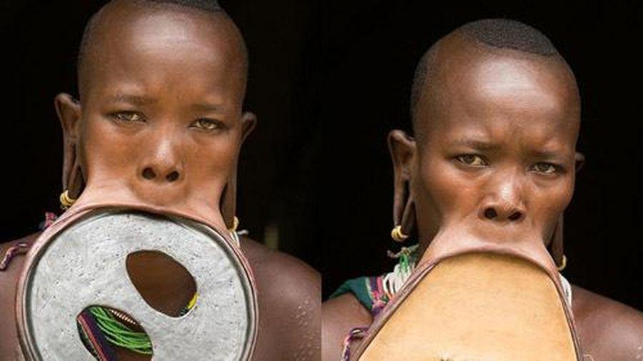 Kỳ lạ tục gắn đĩa vào môi, phụ nữ nhận được nhiều của hồi môn