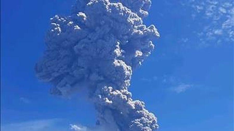 Núi lửa Semeru phun dung nham khiến hàng trăm người sơ tán