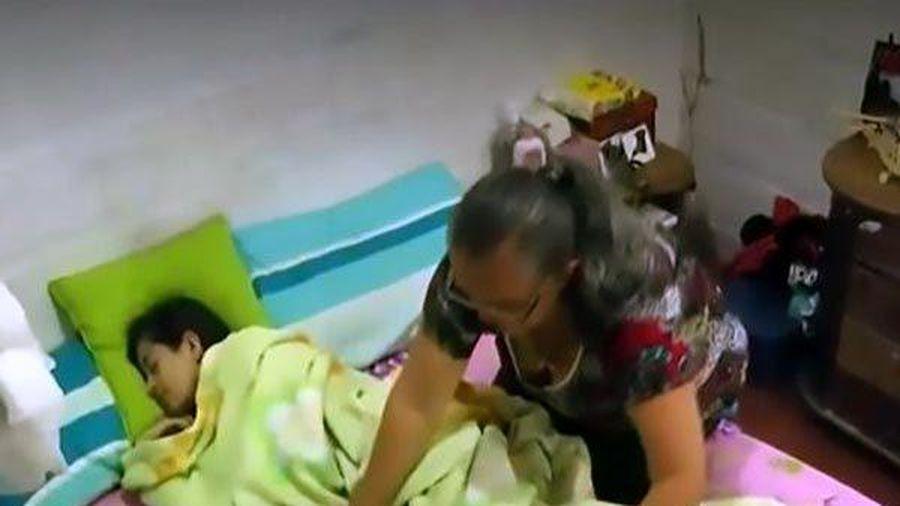 Chuyện lạ: Mẹ kêu cứu vì con gái ngủ gục gần 2 tháng mới tỉnh