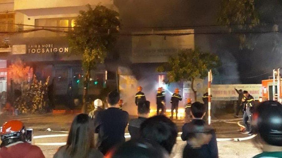 Cháy cơ sở kinh doanh thiết bị y tế trong đêm, khói độc bao trùm nhà dân