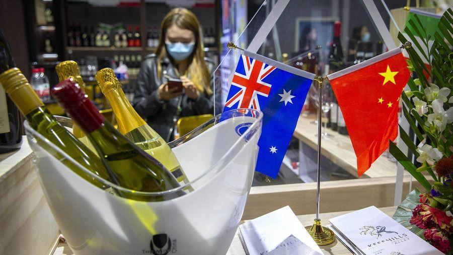 Chính trị gia thế giới uống rượu Australia để phản đối Trung Quốc