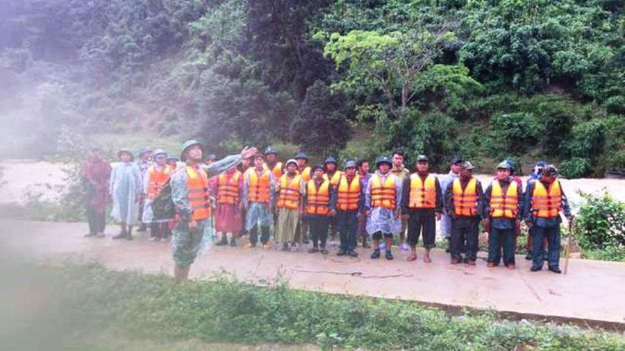 Giải cứu nhóm du khách mắc kẹt trên núi Tà Giang