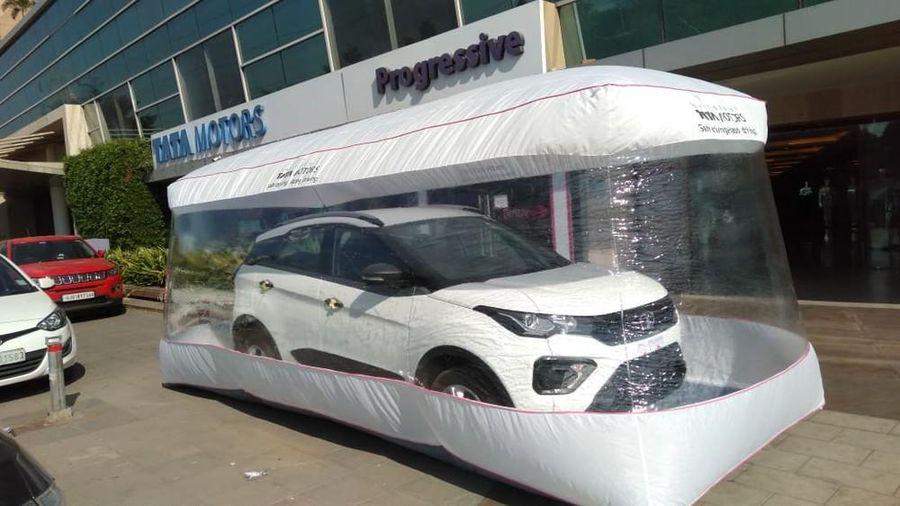 Đặt ôtô trong 'bong bóng' để giao cho khách hàng