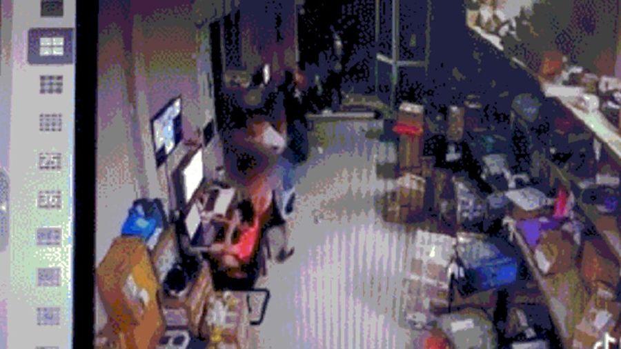 Camera ghi lại cảnh cô gái trẻ đâm bạn trai tử vong khiến người xung quanh hoảng sợ
