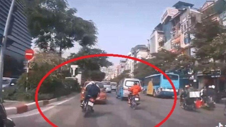Nam sinh mặc đồng phục không đội mũ bảo hiểm, cố tình tạt đầu xe rồi lạng lách để thách thức tài xế ô tô