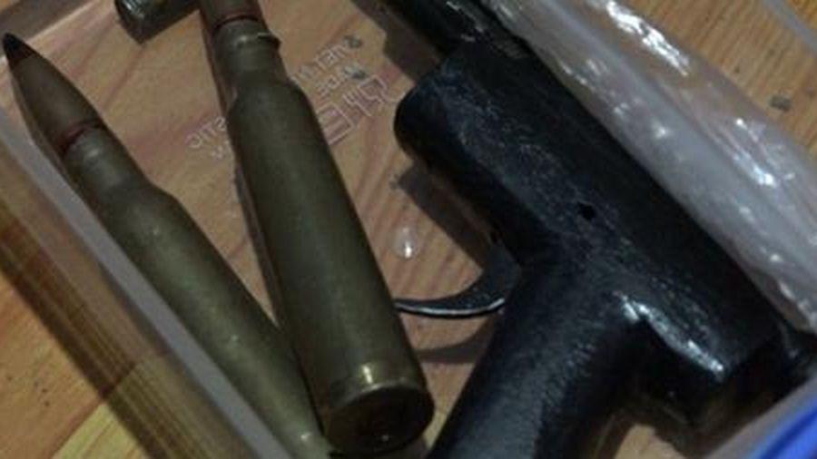 Khống chế ngáo đá, phát hiện nhiều vũ khí trong phòng ngủ