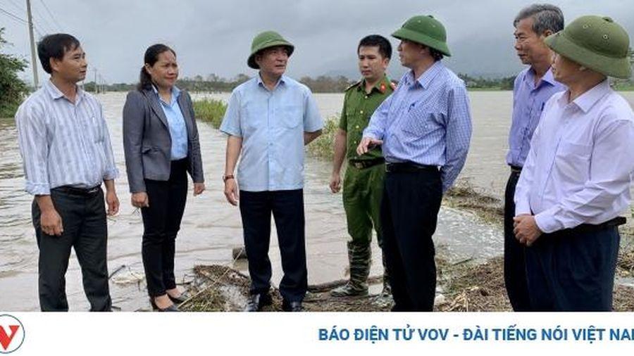 Bí thư Tỉnh ủy Đăk Lăk trao tiền cho 3 hộ dân bị sập nhà do mưa lũ