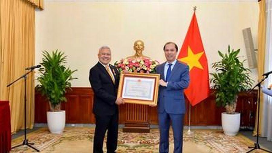 Trao tặng Huân chương Hữu nghị cho Đại sứ Indonesia Ibnu Hadi