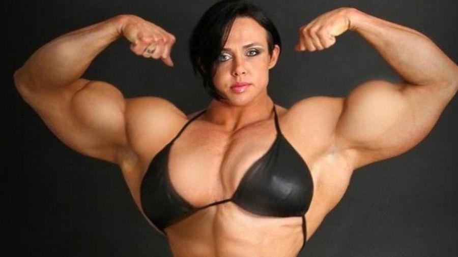 Người phụ nữ được so sánh với 'cỗ máy cơ bắp'