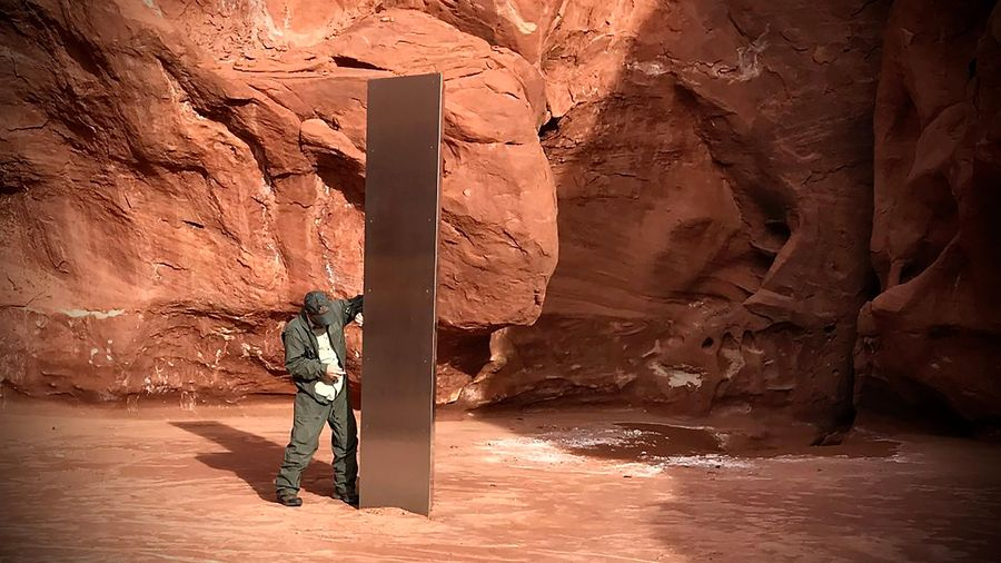 Hai vận động viên giải thích việc phá khối kim loại bí ẩn ở Utah