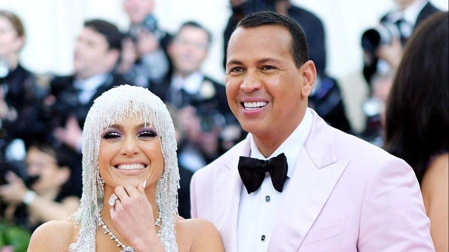 Jennifer Lopez hoãn cưới hai lần trong năm 2020