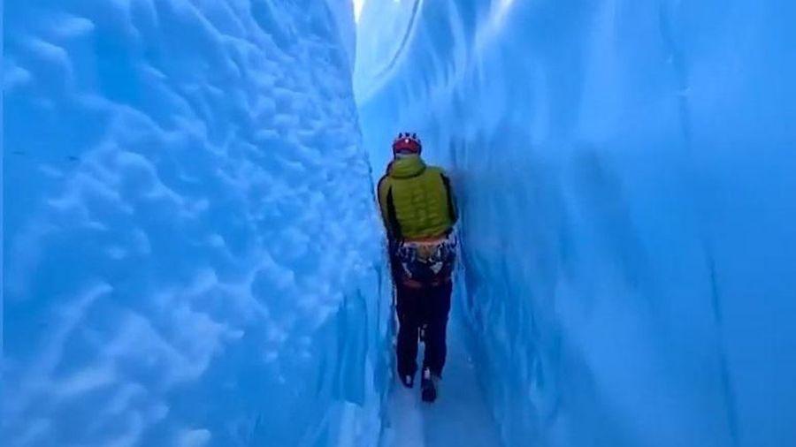Khám phá lối đi trong vết nứt dòng sông băng