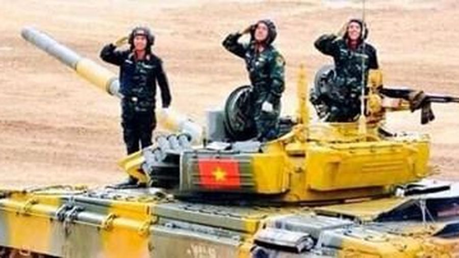 Hoa quyết thắng trên tháp pháo xe tăng