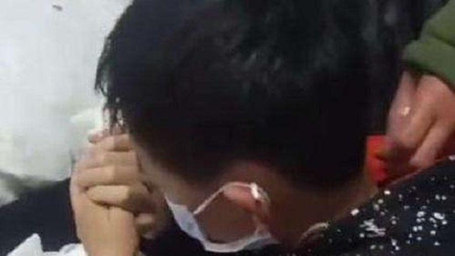 Xót xa cảnh bé trai 11 tuổi quỳ khóc động viên mẹ ung thư giai đoạn cuối