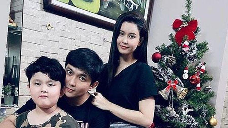 Tim và Trương Quỳnh Anh cùng con trai trang trí Giáng sinh