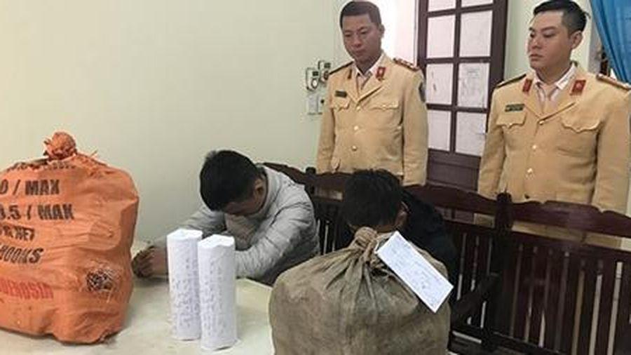 2 thiếu niên vận chuyển 27kg pháo nổ tự cuốn