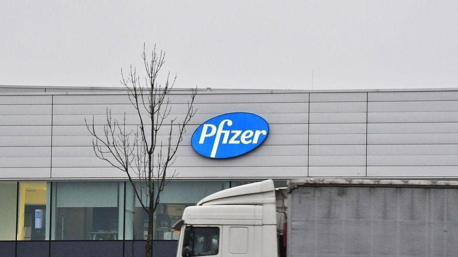 Chuỗi cung ứng tắc nghẽn, Pfizer cắt giảm phân phối vaccine Covid-19