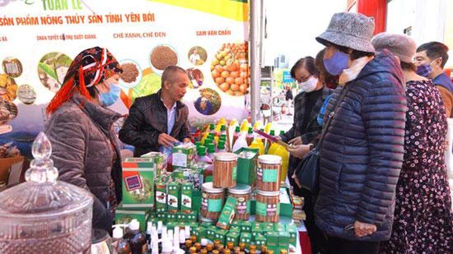 Tuần lễ hàng nông, thủy sản tỉnh Yên Bái tại Hà Nội thu hút đông khách mua