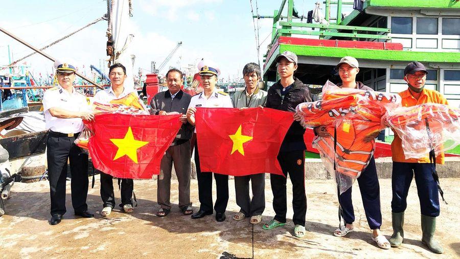 Hải quân làm điểm tựa cho ngư dân vươn khơi