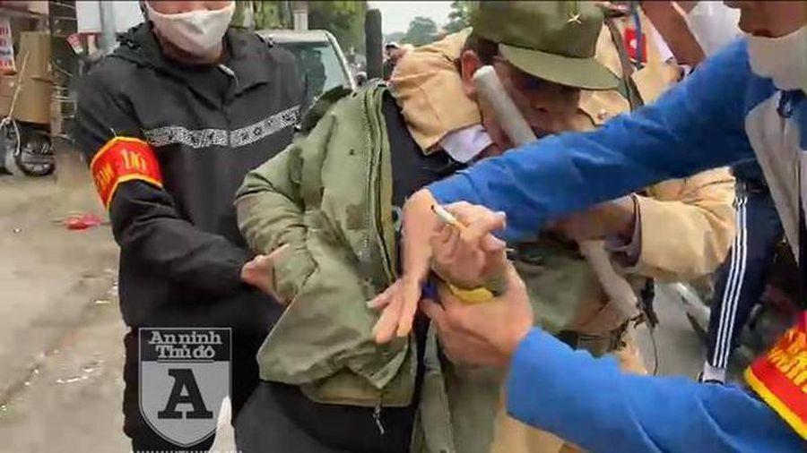 Cảnh sát 141 quật ngã gã giang hồ chống đối, giấu bọc heroin cỡ lớn