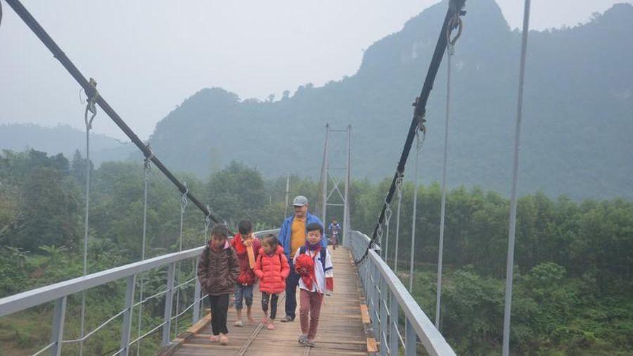 Những chiếc cầu treo hết hạn sử dụng phải 'gồng mình' cho hàng nghìn người qua lại
