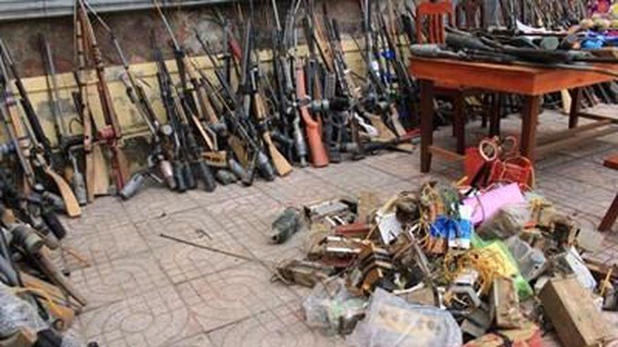 Tiêu hủy gần 600 vũ khí, công cụ hỗ trợ, pháo và đồ chơi bị cấm