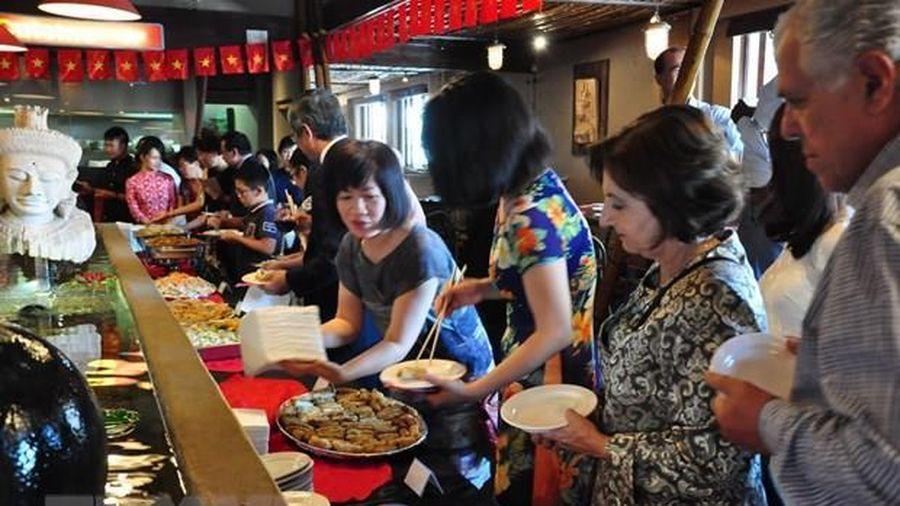 Ẩm thực Việt được ưa thích trong tiệc trà giao lưu thường niên tại Lào