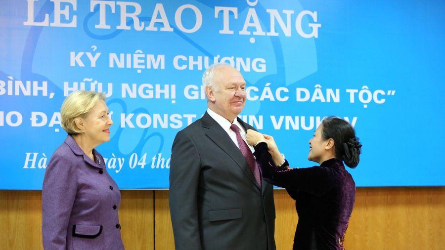 Trao Kỷ niệm chương tặng Đại sứ Liên bang Nga tại Việt Nam