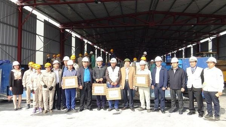 Động viên công nhân thi công sửa mặt cầu Thăng Long
