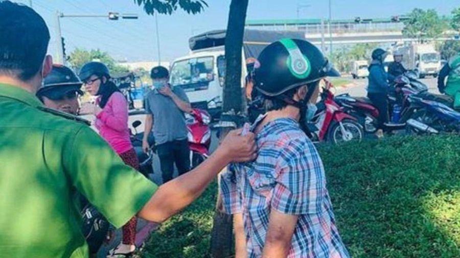 Lợi dụng lúc tài xế taxi cứu người gặp nạn, tên trộm lẻn lên xe lấy trộm điện thoại