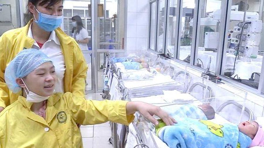 Bộ trưởng Bộ Y tế tặng bằng khen cho kíp mổ 2 BV cứu mẹ con sản phụ bị TNGT tưởng không qua khỏi