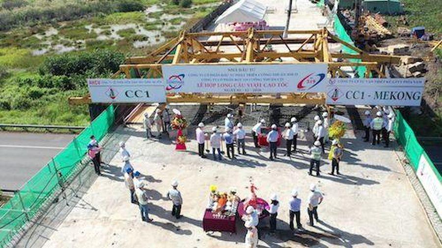 Hợp long cầu vượt nút giao đường 319 và đường cao tốc TP.HCM - Long Thành - Dầu Giây