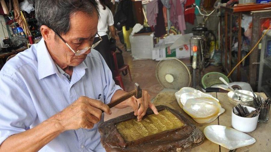 Nghệ nhân Đặng Xuân Tư: Hơn nửa thế kỷ gắn bó với nghề chạm bạc