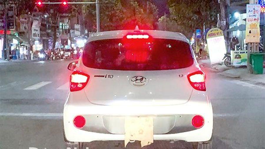 Xe ô tô che biển số khi chạy trên đường