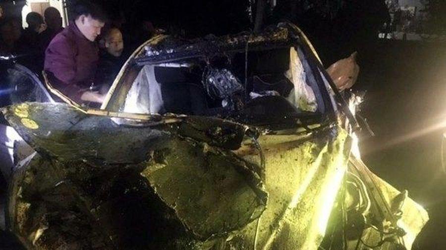 Tai nạn giao thông chiều 4/12: Mercedes mất lái đâm vào cầu rồi bay xuống kênh, tài xế tử vong