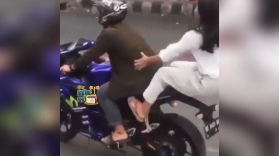 Clip: Cô gái rơi khỏi xe vì mải làm dáng