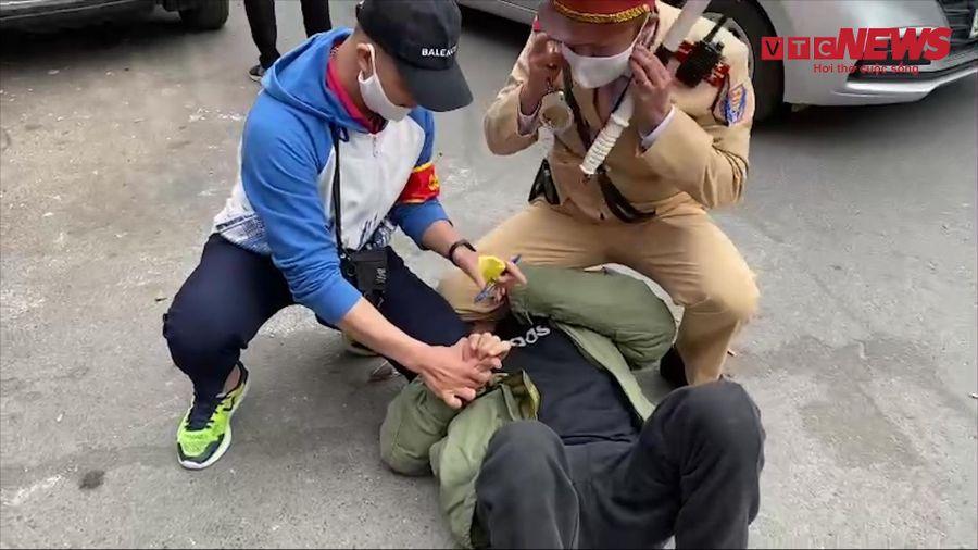 Cảnh sát 141 quật ngã người đàn ông mang ma túy bỏ chạy ở Hà Nội