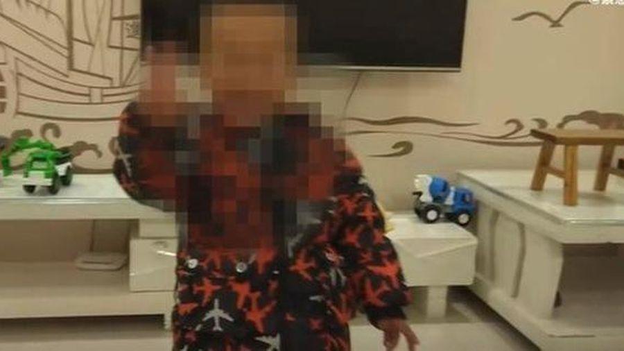 Con trai chết bất thường khi ngủ trưa, gia đình phẫn nộ tố cáo nhà trường, hình ảnh bất động của đứa bé được ghi lại gây chú ý