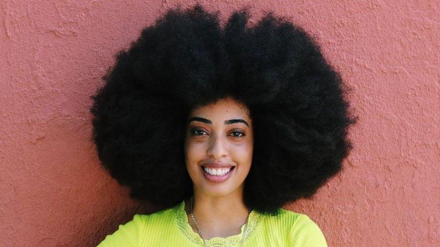 Cô gái có mái tóc xoăn tự nhiên lớn nhất thế giới
