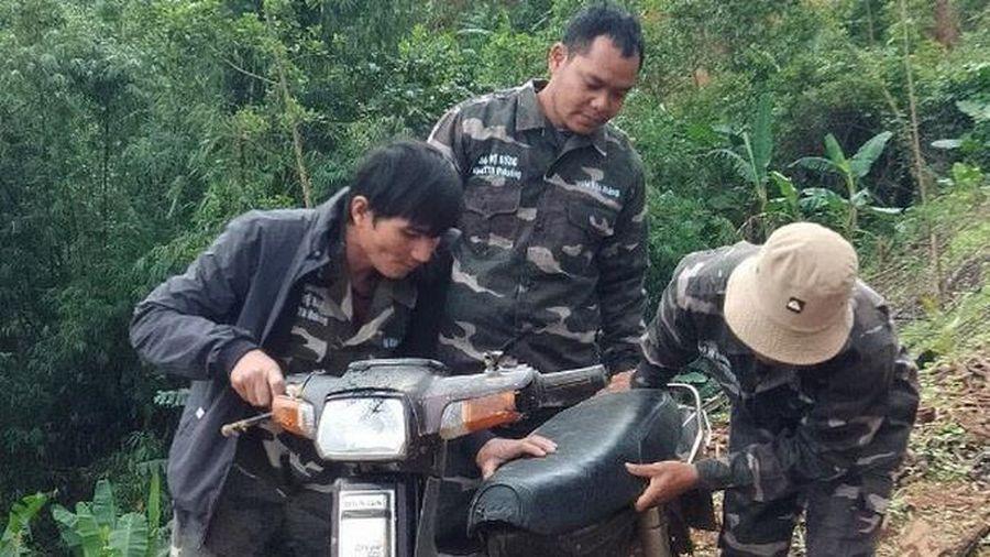 Xe cán bộ bảo vệ rừng bị đập phá