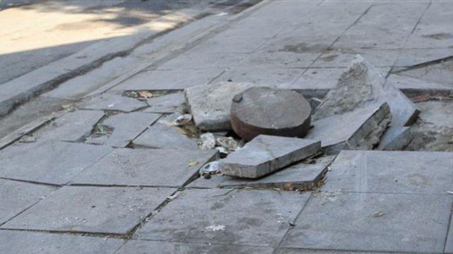 Hà Nội: Nguyên nhân 'đá vĩnh cửu' lát vỉa hè vỡ vụn?