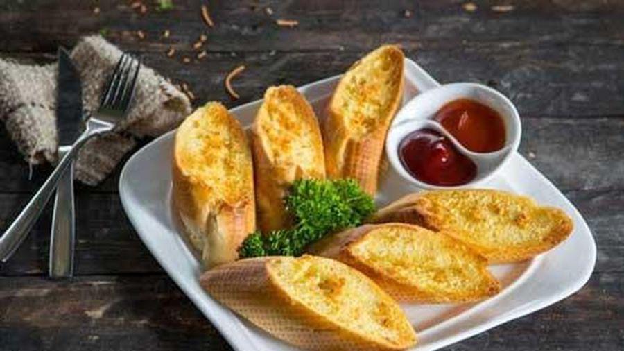 10 phút xong ngay bánh mì bơ tỏi cho bữa sáng nhanh gọn