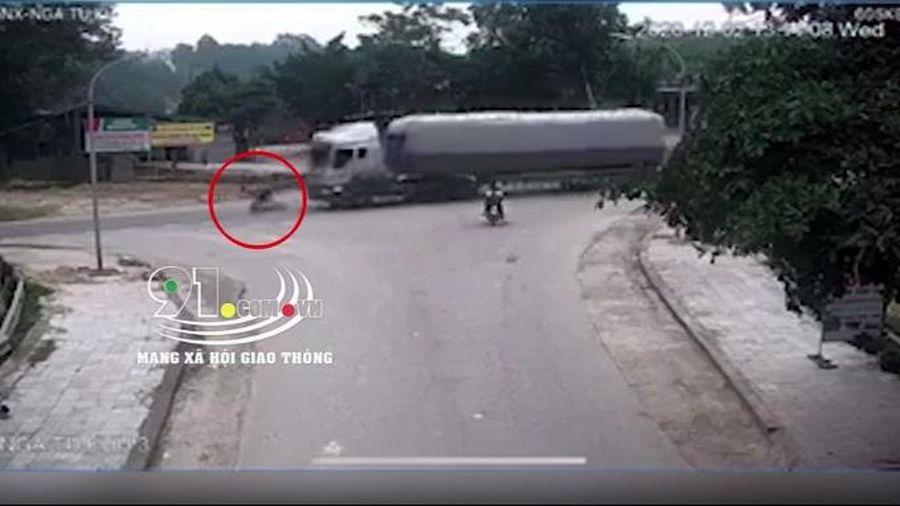 Container suýt 'nuốt chửng' xe đạp điện vào gầm