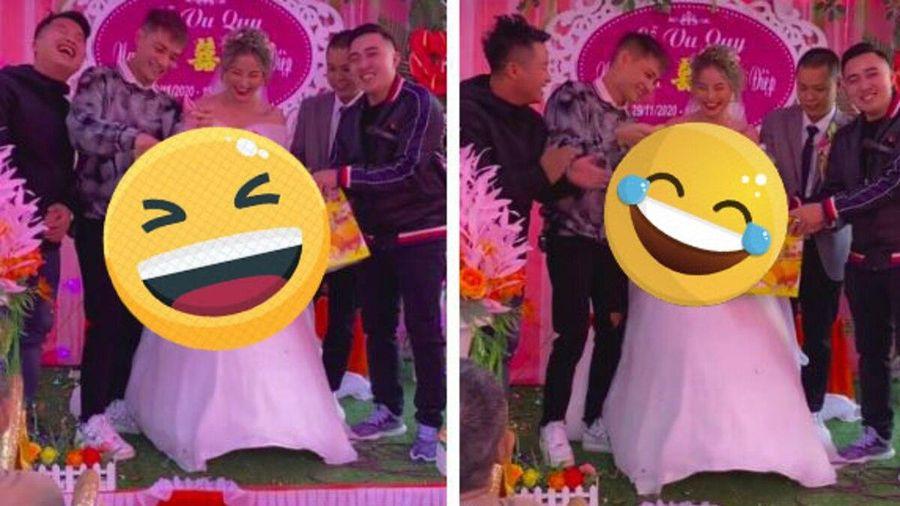 Lên sân khấu trao quà cưới cho em gái, anh trai khiến hội hôn cười ngặt nghẽo vì món quà quá 'độc'